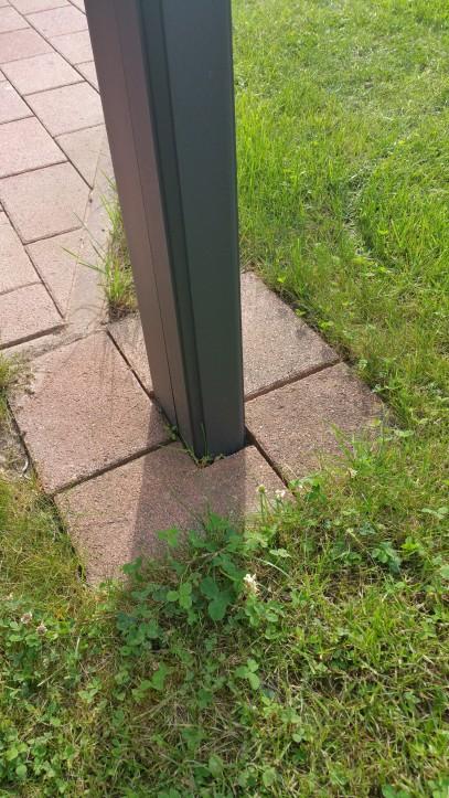 verdeckt liegendes Entwässerungsrohr im Säulenprofil läuft unter die Terrasse